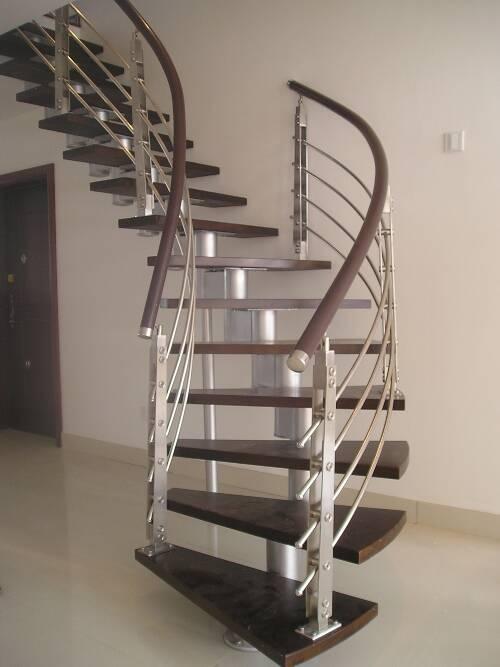 一般室内设计的钢架楼梯,都会有一根中心柱,围绕中心柱的踏步的尺寸