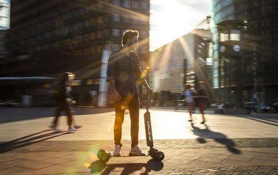 奧迪發布e-tron電動滑板車:續航20公里售價2000歐元!