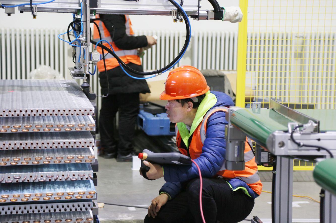如何利用工业机器人实现铸造过程自动化